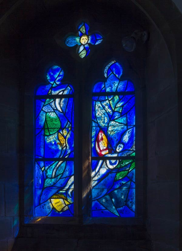 Glasfenster in der All Saints Church in Tudeley (Kent) gestaltet von Marc Chagall